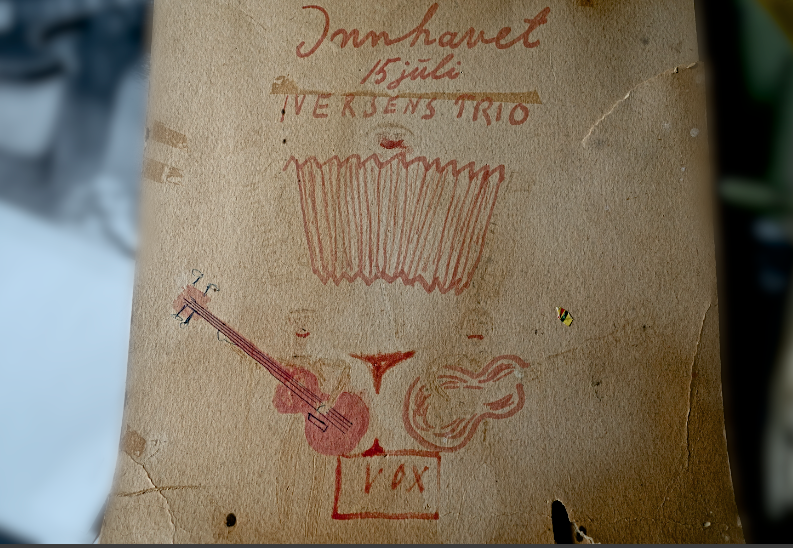 PLAKAT: En noe falmet hjemmelagd plakat for Iversens Trio, trolig fra 1964. Skrevet på baksiden av en reklameplakat for iskrem. (Arkiv: Trolltamp.com)