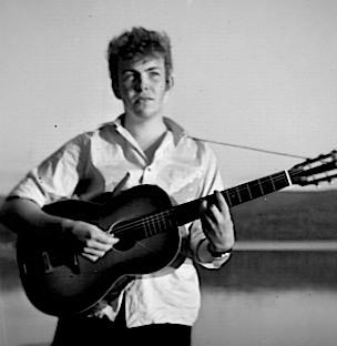 MED GITAR: Jack Berntsen i 15-16-årsalderen. Gutten fra Tverråsen er tydelig påvirket av stilen til sine forbilder