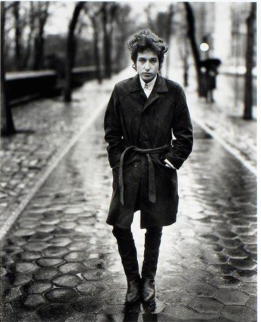 BOB DYLAN hadde Woody Guthrie som sitt store ideal. Han besøkte den brutalt sykdomsrammede Guthrie og sang for ham mens han lå på sitt siste.