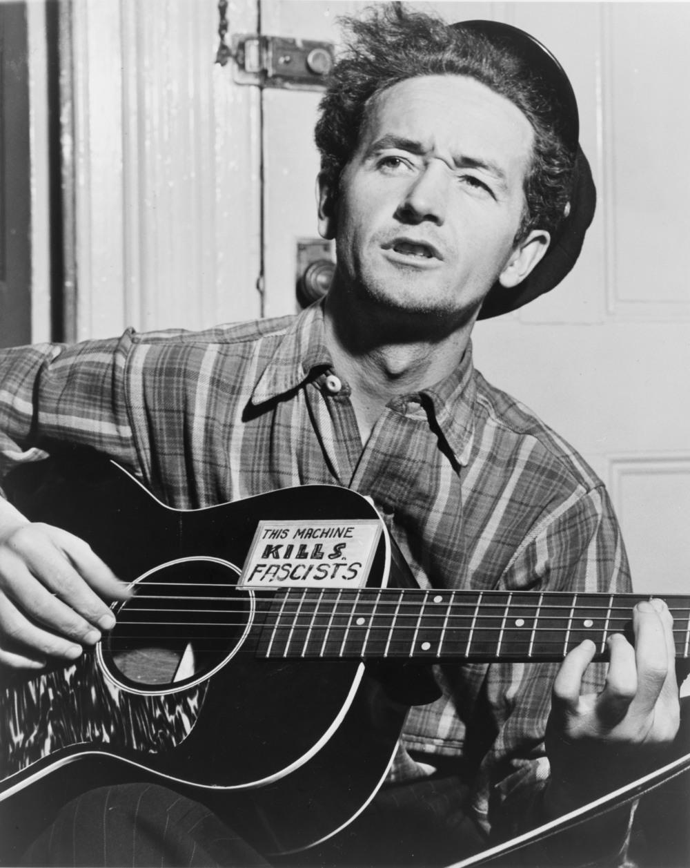 THIS MACHINE...: Woody Guthrie hadde stor betydning for den progressive visebølgen, og var et forbilde for artister som Bob Dylan og Joan Baez.