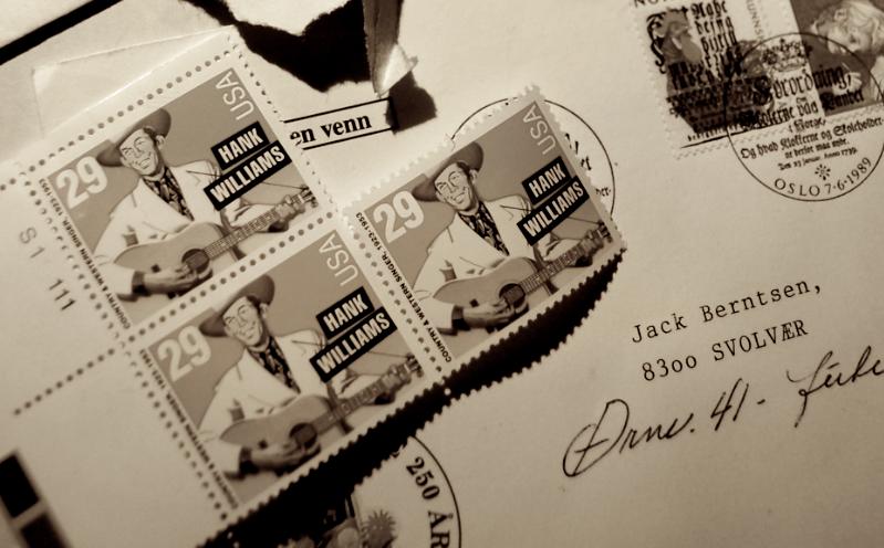 SKATT FRA USA: Funn i Jack Berntsens frimerkesamling. Jack holdt over lang tid et årlig foredrag om norsk litteratur for amerikanske besøkende i Lofoten. Han flettet alltid inn noen ord om sin beundring for Hank Williams. Det kan jo tenkes at en av tilhørerne har sendt Jack en gavehilsen i ettertid. (Foto/Arkiv: Trolltamp.com)