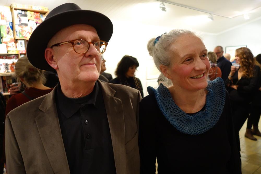 PAR I KUNST: Inger Anne Nyaas og Thor Erdal presenterte en imponerende samling nordnorsk samtidskunst under nyåpningen av galleriet sitt (Foto: Trolltamp.com)