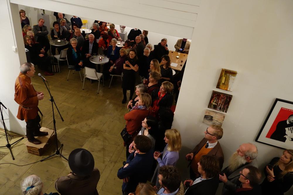 """CELEBERT: 200 gjester fant veien til åpningen av """"Kunst i Motbakke"""". Nils Utsi joiket til ære for vertskapet. Populært innslag under åpningen. (Foto: Trolltamp.com)"""