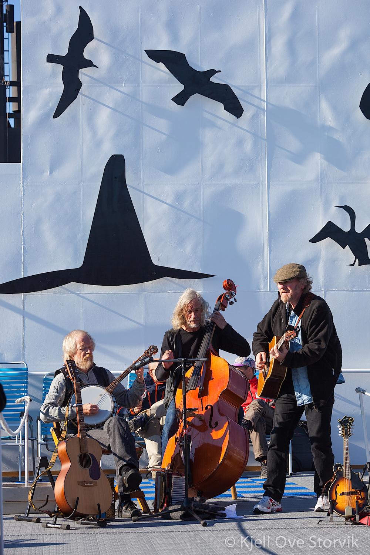 ATTER OMBORD: Ragnar Olsen og Boknakaran holder konsert ombord i et hurtigruteskip i august 2010 (Foto: Kjell Ove Storvik)