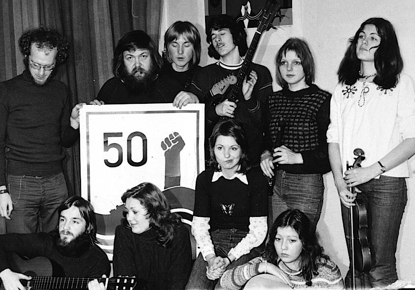 """AKSJON FOR KYSTEN: Jack Berntsen og Lovisa sang """"50 mil for Norge"""" til støtte for """"Aksjon Kyst-Norge"""". Bak fra venstre: Martin Pope, Jack Berntsen, Per-Kai Prytz, Geir Fredriksen, Ann Barbro Dahl og Kari Bremnes. Foran fra venstre: Knut Utnes, Jenn Elisabeth Mortensen, Ruth Karin Paulsen, og Britt (Olsen) Talmo. Men av disse var det bare Jack og Jenn som var med på plateinnspillingen i Oslo.(Foto: Frank A. Jenssen)"""