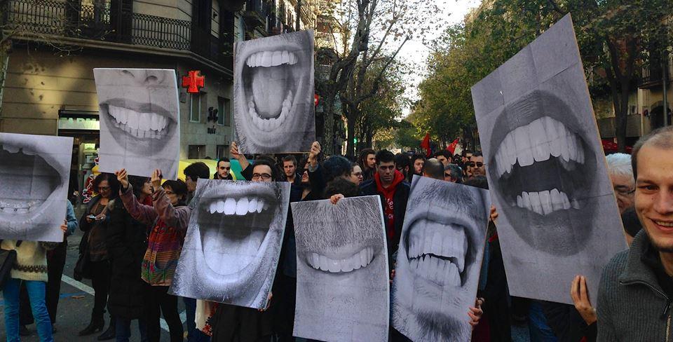 I Barcelona demonstrerte folk mot den beryktede «Munnbindsloven» den 20. desember 2014. Aksjonen #SinMordaza var organisert av kunstner- og aktivistkollektivet Enmedio. Foto: Enmedio Colectivo