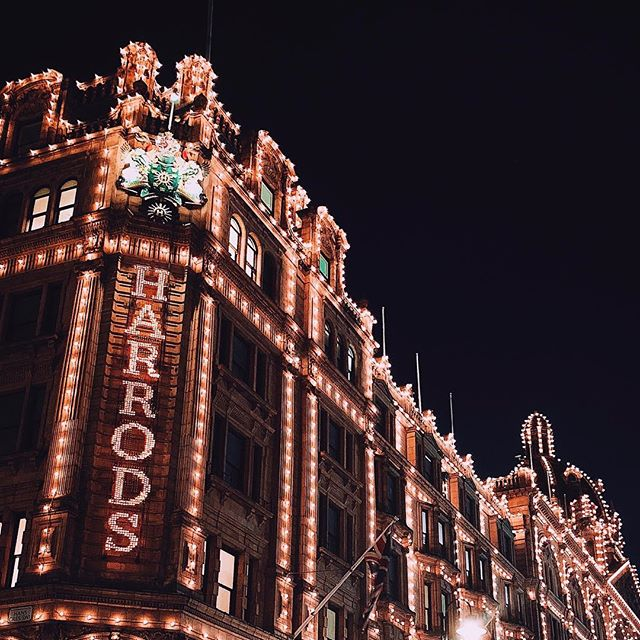 💡 - - - #Harrods #London #Londonlife #christmas #winter #photography #architecture #architecturelovers #travel #instamood #shopping #vsco #vscocam