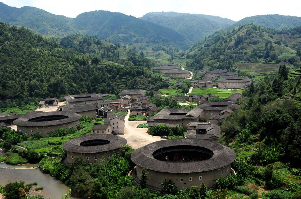 The thick earth walls of China Fujian Tulou, here shown in the Hekeng cluster, have been providing their inhabitants with cool daytime temperatures and warm nighttime temperatures for hundreds of years. Image credit Fon Zhou, used with permission of Creative Commons Attribution-NonCommercial 2.0 license.