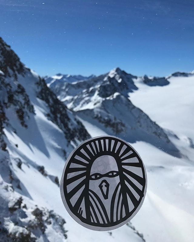 On top of the mountains... A fabelwesen is watching you.. 🗻🗻🗻 #instadaily #ski #mountains #logo #travel #austria #sölden #skiing #white #powder #fun #snow #snowboarding #fashion #crew #crewlife #nature #beauty
