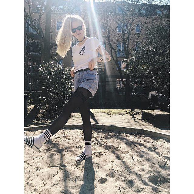 Was für eine geile Kombi!! 😎 fabelwesens mighty white T-Shirt & original #adiletten treffen sich im #sandkasten 😂 Sau witziger #style und ein mega cooles Bild von @dorilina 😻  _______  #sunny #happy #girl #faboulous #fashion #levis #beach #sand #mystery #blonde #hair #sun #holiday #sunshine #hamburg #tattoo #fun #rayban #adidas #originals #white #socks #black #tights #photooftheday #photography #photoshoot