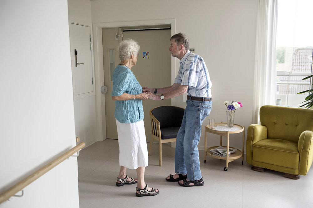 Else and Poul on a small walk in the hallways at the nursing home.