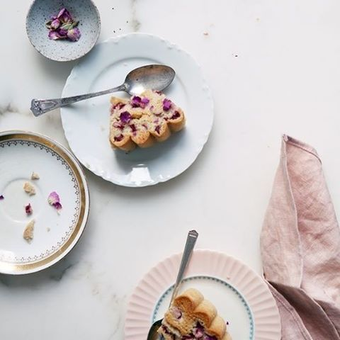Simple things like adding rose petals to your cake offers your guests with a elegant dining experience! We are drooling over this Rhubarb and Rose cake #Breakfast #Biscuits #Food #TeaTime #MorningTea #Cake #Inspiration #WeddingPlanning #TheBridalCoach #KissesAndCakeWeddings #KissesAndCake| Image: Aran Goyoaga via www.cannellevanille.com/