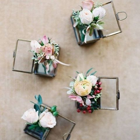 Add variety and originality to your groomsmen's boutonnieres by styling them with different florals and ribbons. #Boutonnieres #Flowers #FloralStyling #Groom #Groomsmen #WeddingInspiration #WeddingPlanning #TheBridalCoach #KissesAndCake #KissesAndCakeWeddings   Image:Anna Kerns Photography