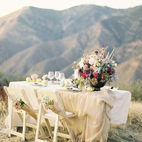 Why not have you guests dine with majestic mountains as their background? #Mountains #MotherNature #EuropeanWeddings #WeddingInspiration #WeddingGuests #WeddingPlanning #TheBridalCoach #KissesAndCake #KissesAndCakeWeddings   Image: Jose Villa Photography via Casarei