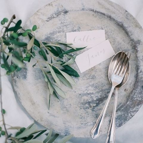 Rustic, natural and ethereal. In love with this organic and earthly set up #design #style #interior #event #wedding #weddingtable #thebridalcoach #kissesandcake #kissesandcakeweddings themrsbox.com Visit | image RG @OnceWed