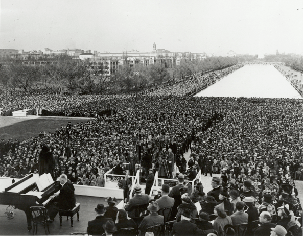 Anderson in her 1939 concert at the Lincoln Memorial