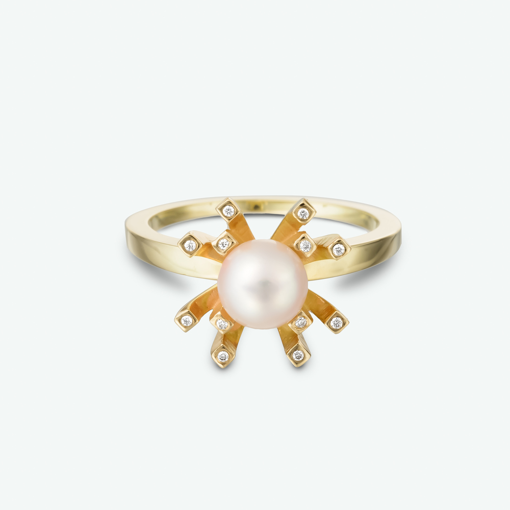 This pearl and diamond ring features this lovely light pink pearl within a brilliant yellow gold setting with sparkling diamond accents.             D: 0.06 ct.    P: AAA Japanese akoya 6 mm.