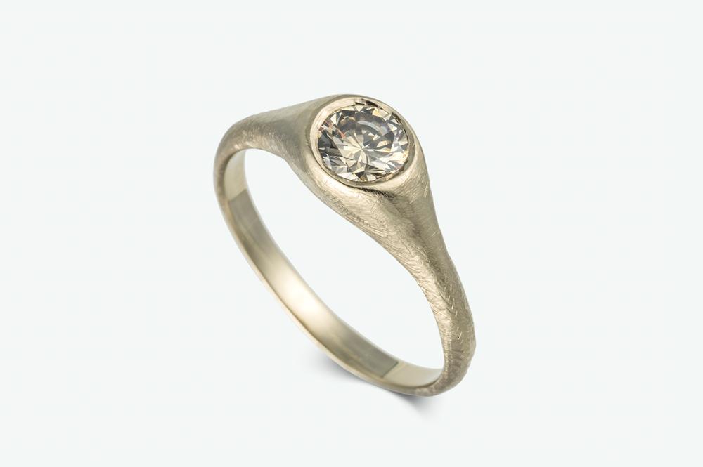 טבעת סוליטייר בעיצוב עתיק משובצת ביהלום בגוון שמפניה במשקל 0.60 קראט'