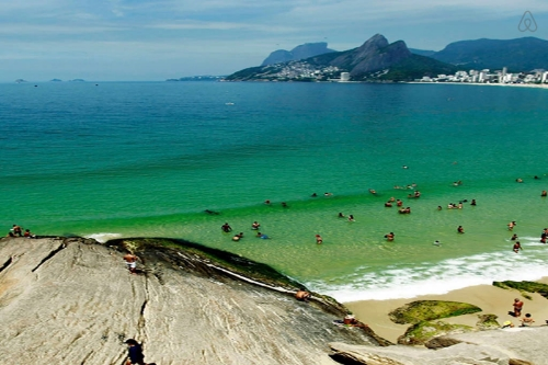 Where Rio de Janeiro's young and beautiful hang out. Perfect for watching local surfers catch waves. There are people playing music and tons of independent artisans selling art, jewelry, etc. Amazing views of BOTH Copacabana & Ipanema Beach.    Image Source