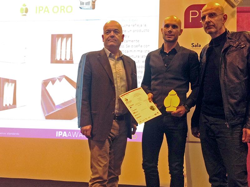 Ferran Esbrí y Albert Díaz de Durero Packaging,recogiendo el Premio Ipa 2015 por el estuche Pro-Fiber de L'Oréal.