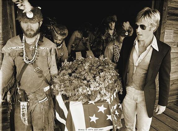 """Robert Reford porta el féretro de John """" Liver Eatin' """" Johnston en el que Vardis se inspiró para su novela  ( Foto: Planet Cody )"""
