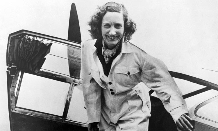 Beryl Markham en uno de sus queridos aviones.