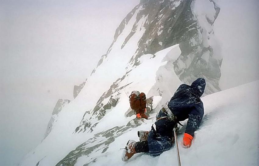 Doug Scott descendiendo de rodillas de la cima del Ogro. Foto:  Libro de Desnivel