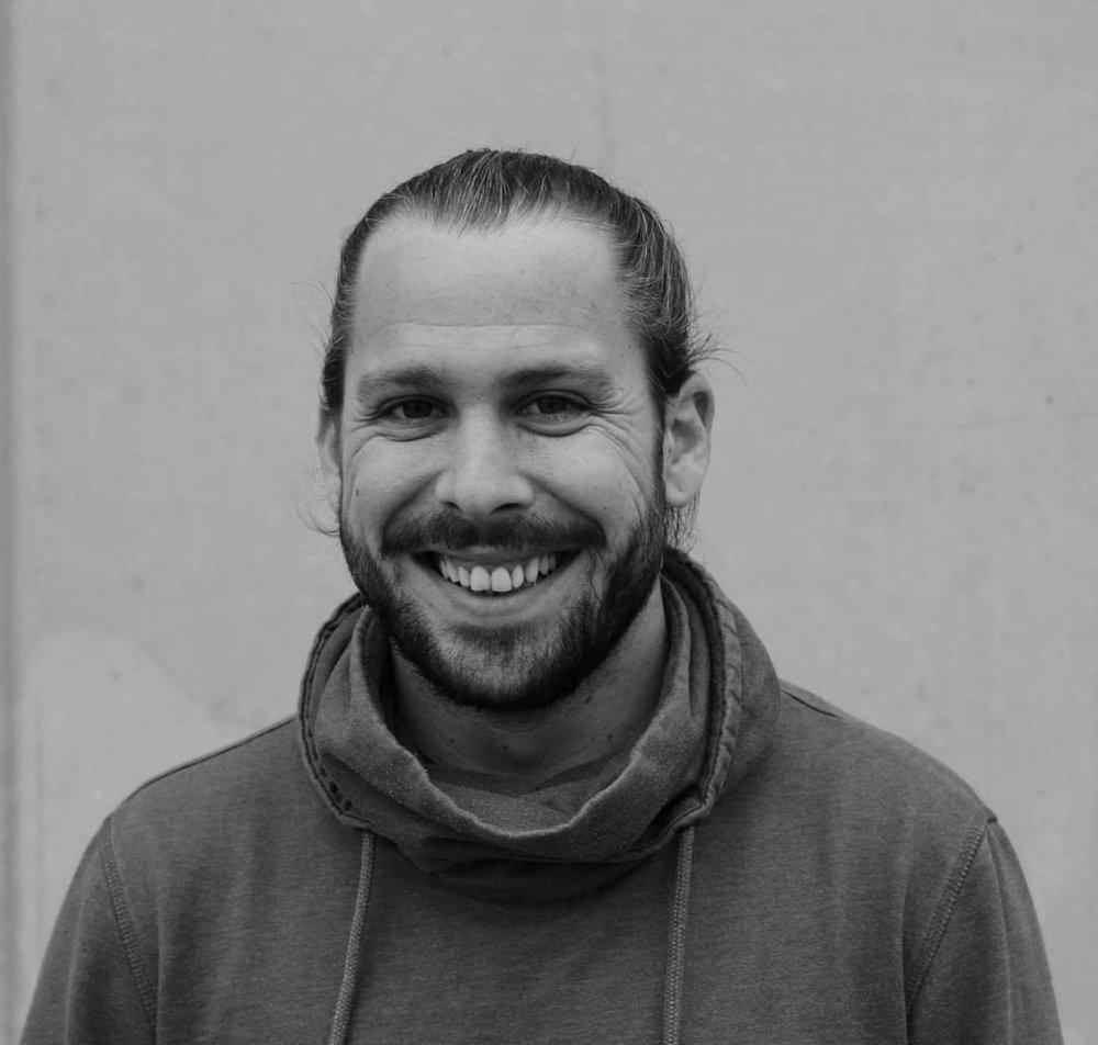 BORJA    Artist coordinator & Actor - Bcn   Graduado en Arte Dramático en el Institut del Teatre de Barcelona. Se ha formado también como actor en la Academia de las Artes en Minsk Bielorusia. Su experiencia en producción comenzó como distribuidor y tour mánager de compañías teatrales a nivel internacional. Con experiencia en producción en festivales musicales como Rockfest , Lowfestival , Arenal Sound.. Creció realizando con El Camerino donde trabaja desde el 2009 como actor y regidor de artistas.