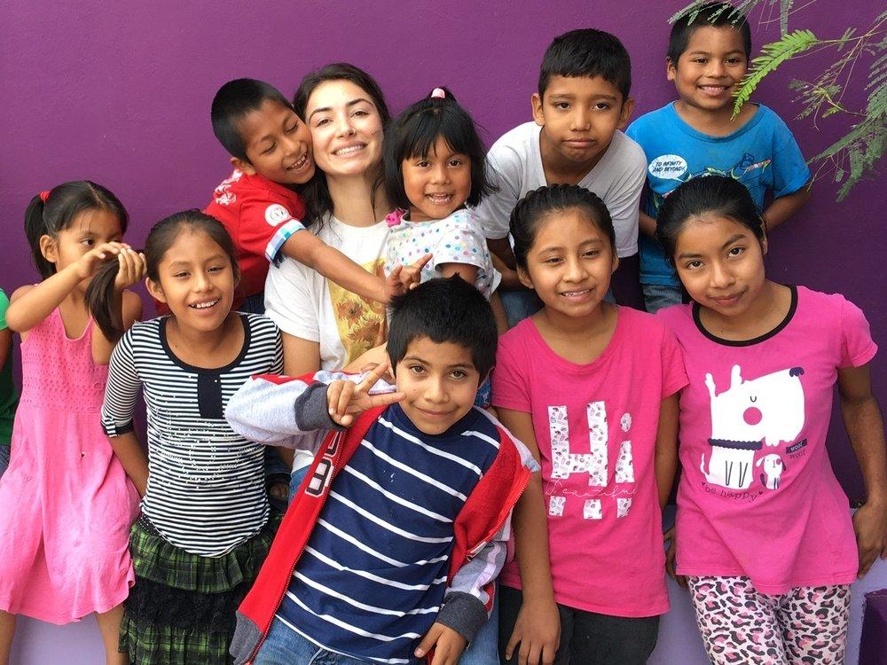 Coordinadora de Voluntarios Jasmine Martier con los niños de la Casa Hogar Simply Smiles en Oaxaca, Mexico