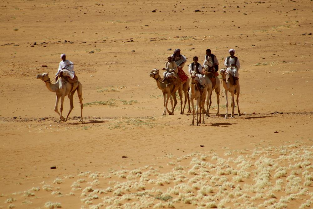 Jinetes en camello en el noreste de África