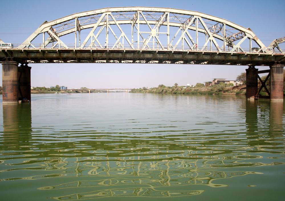 Puente sobre el río azul del Nilo en el noreste de África