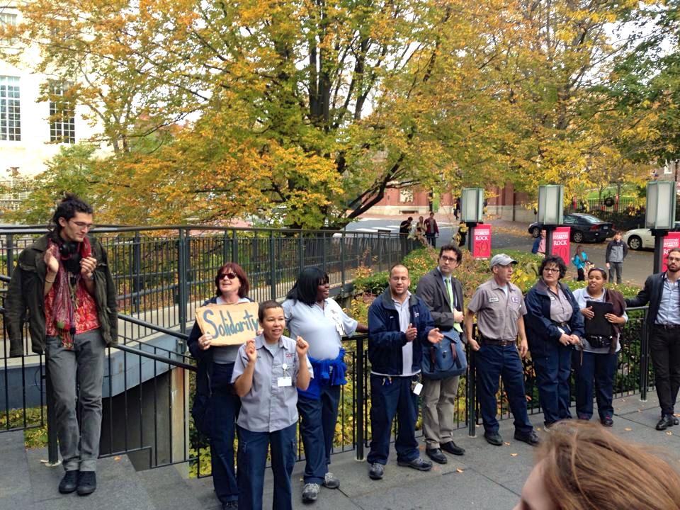 El 14 de noviembre los trabajadores de la universidad de Brown protestaronel uso de subcontratistas y corporaciones privadas en la biblioteca, el correo, y la limpieza.