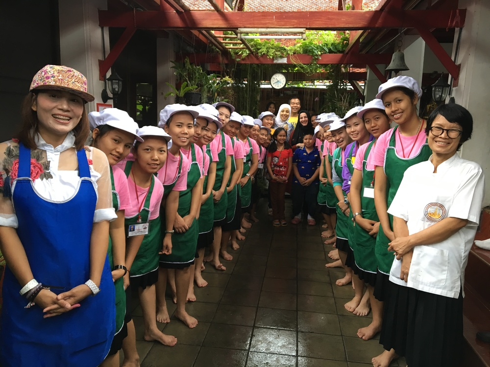 Sara, Ahsen, our Thai hosts and two rows of Thai girl students who greeted us at the Wat Arun Temple.