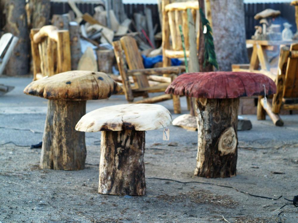 chainsaw-carved-toad-stools-mushrooms.jpg