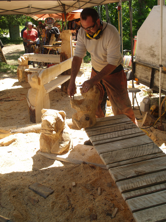 bear-bench-chainsaw-carving (3).jpg
