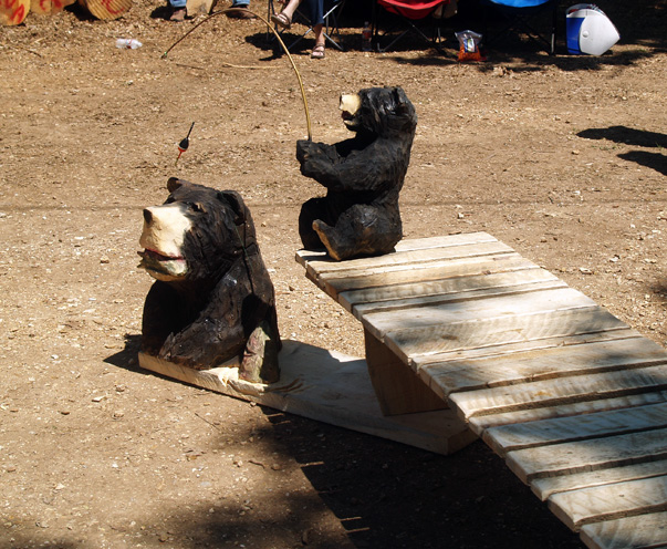 bears-fishing-chainsaw-carving (3).jpg
