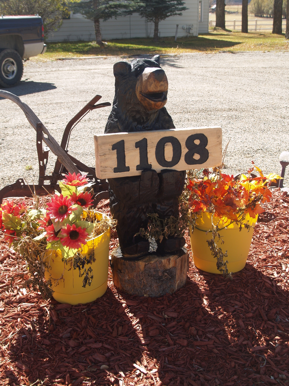 house-number-bear-chainsaw-carving (2).JPG