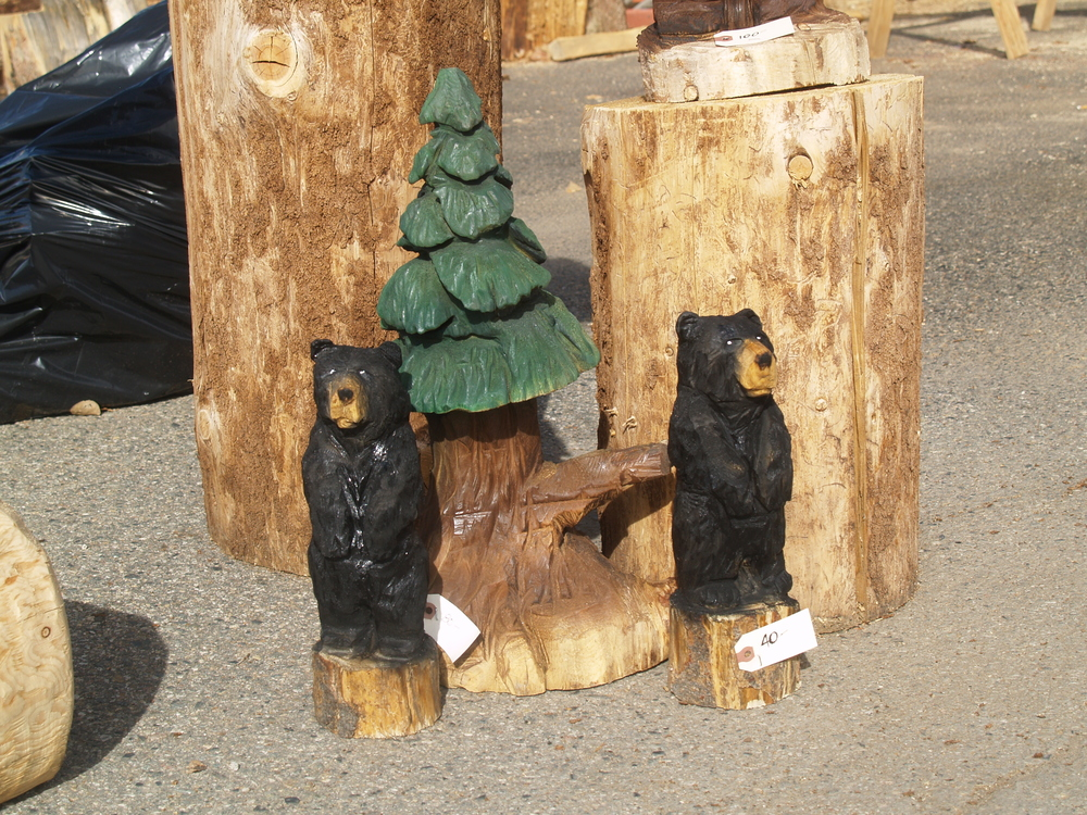 mini-chainsaw-carved-bears.JPG