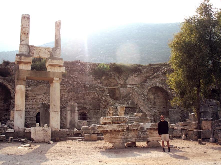 Ephesus_Reu_ruins_sunlight.JPG