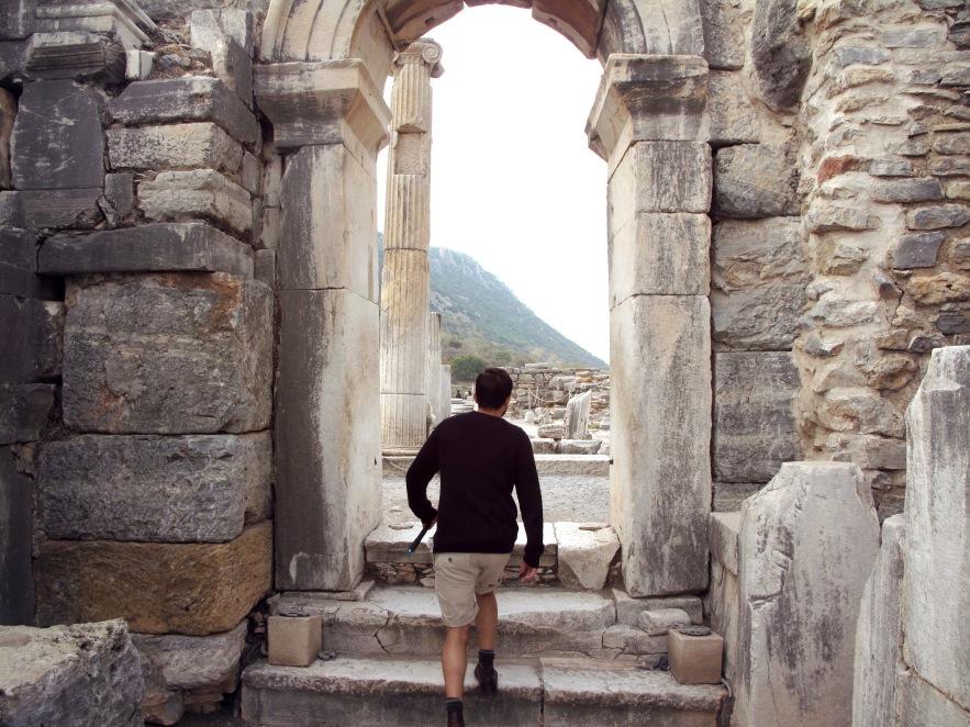 Ephesus_Reu_archway_ruins.JPG