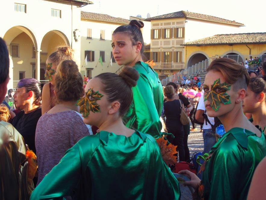Tuscany_fair_Leaf face girls.JPG
