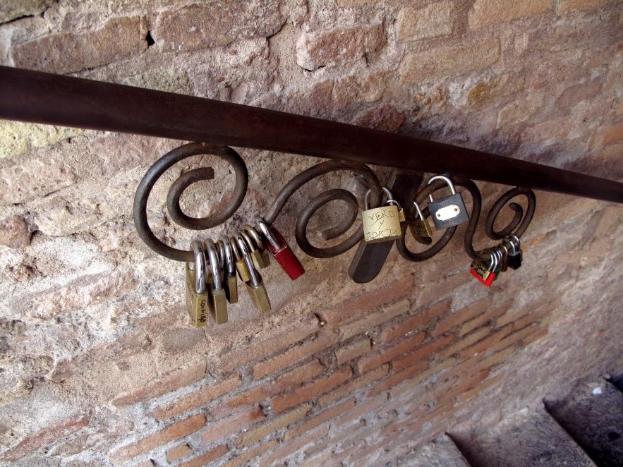 Rome_Locks on hand rail.JPG