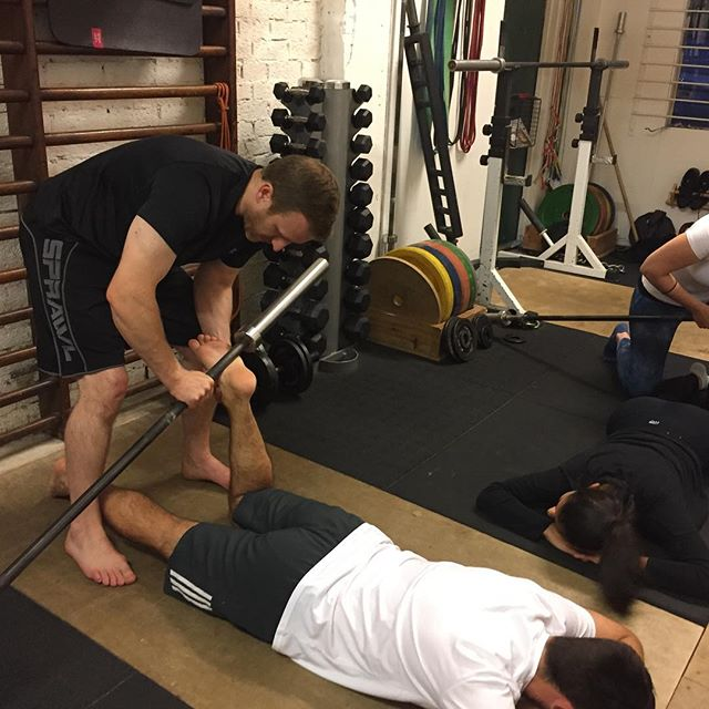 The foot. 26 bones, 33 joints, more than 100 individual muscles, and one 20kg bar. Partner body work before weightlifting practice to improve sensory input from the foot and then improve stability, aka waking it up. If this is uncomfortable, you have work to do! #cambridge #bodywork #cambridgefitness #personaltrainingcambridge #theoriginalgym #theoriginalgymliftjump