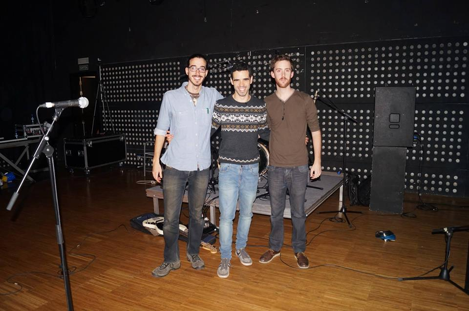 Por órden, Jordi, Eric y Arnau (What The Films  ) en el escenario del Espai Jove La Fontana trasregistrar el concierto de  Tangerine . ¡Nuestra primera foto de equipo!
