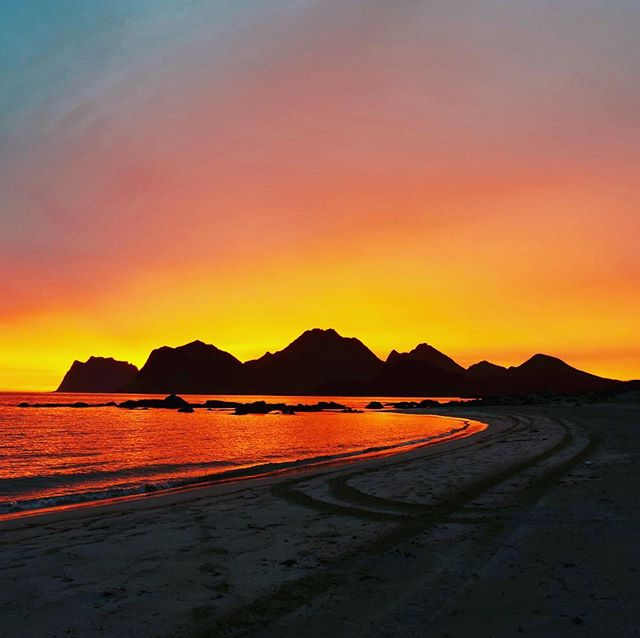 This mornings sunrise was pretty splendid 😎 #lofoten #norway #glampingaroundeirope #arcticcircle #myrland