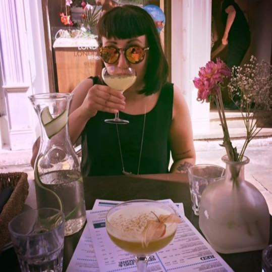 Auteur Lisa Gritter, genietend van een (vast) welverdiende cocktail.