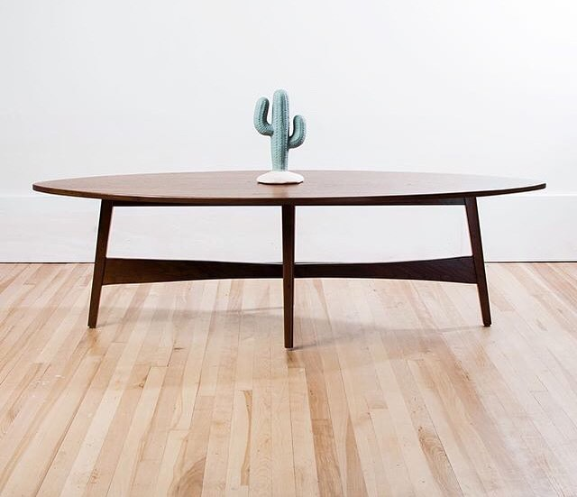 Our surfboard coffee table with a dash of cactus to channel those warm weather vibes ✌🏻💫 😍 #byewinter #coffeetable #walnut #teak #midcenturymodern #midmod #modern #livingroom #diningroom #decor #interiordesign #boho #bohostyle