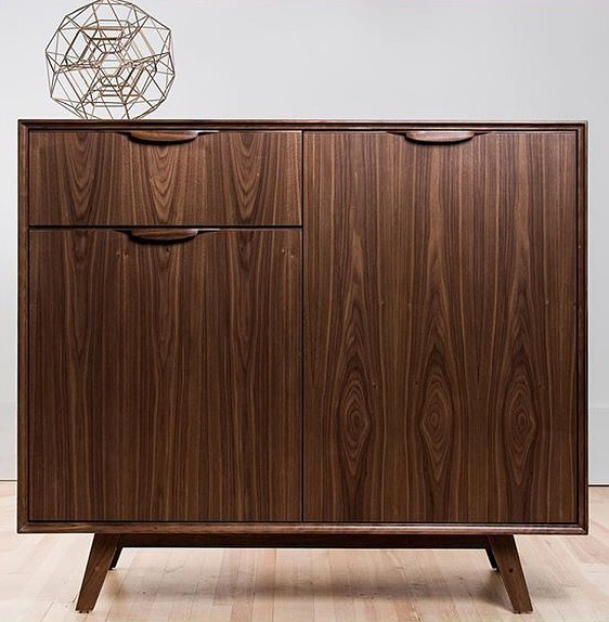 You gotta love that vertical grain 😍💫💅🏻 #walnut #sideboard #bar #barunit #midcenturymodern #midcenturymodernfurniture #cradenza #diningroom #livingroom #design #interiordesign #interiordecorating #architecture #minimalism #minimalist