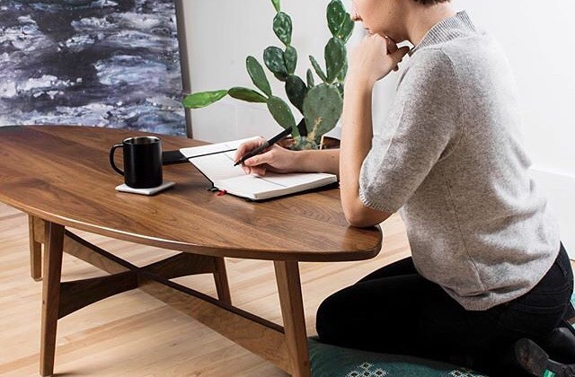 Okay so I can't get this coffee table off my mind. #surfboard #midcenturymodern #midcenturymodernfurniture #modern #moderndesign #design #interiordesign #livingroom #coffeetable #bohostyle #walnut #teak #danish #danishdesign #1960s