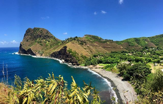 Took the gnarliest highway with no cell service only to stumble upon this village of only 20 families. Places like Kahakuloa Village provide health and happiness for me and I hope your Monday is filled with both 💚🙏🏼